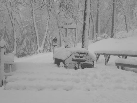 grave-in-snow